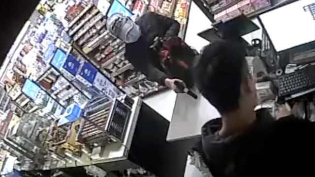 啥操作?男子抢劫便利店不敢拿钱,还没等对方报警就自首了
