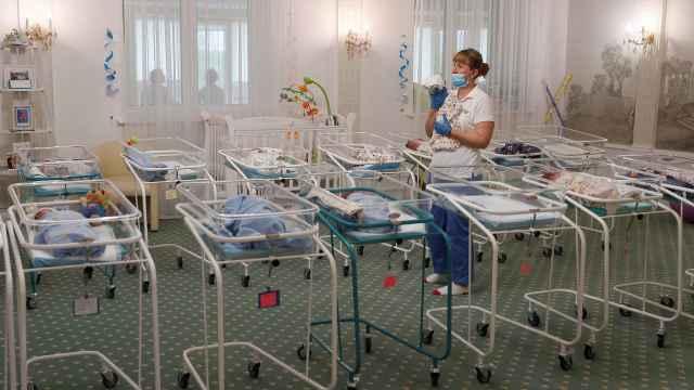 51个代孕婴儿因疫情滞留乌克兰,父母通过照片视频看孩子