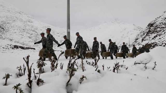 新疆5月大雪封山积雪60厘米,官兵徒步给边防牧民送粮草