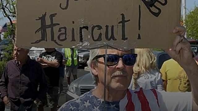 """全美多地爆发""""剪头发抗议"""":理发如何成为美国又一政治标签"""