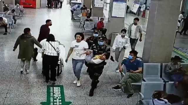 武警抱受伤女孩到医院后默默离开,监控记录感人一幕