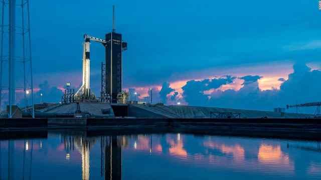 受天气影响,SpaceX载人龙飞船发射突然中止
