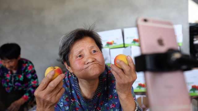 西安80岁**直播卖杏,飙方言一周卖出40箱