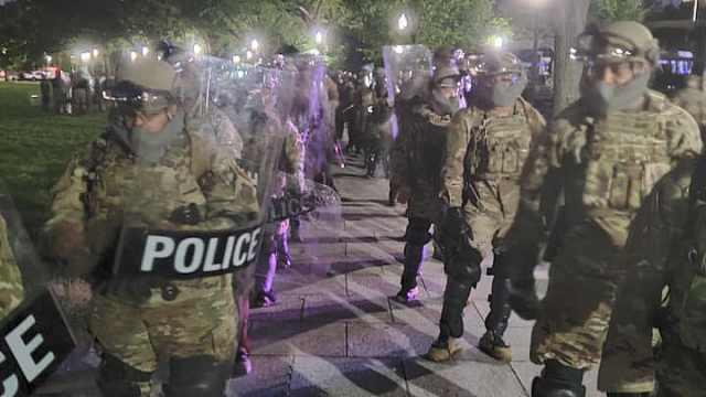 军车进城,华盛顿启动国民警卫队保护白宫,应对抗议活动
