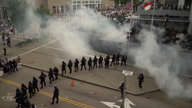 独家记录美国抗议暴乱的一天:如何从和平示威演变成暴力打砸