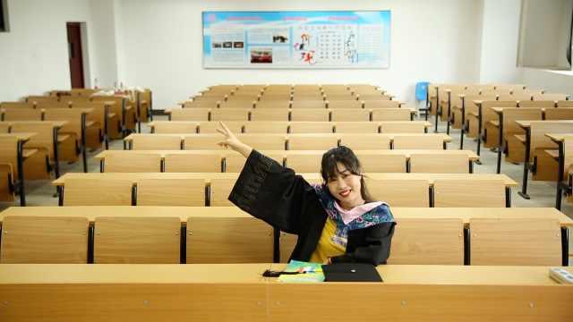 大四女生回校拍一个人的毕业照:疫情原因同学都没返校
