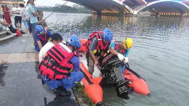 23岁男子跳桥救起落水女子后失联,至今仍在搜救