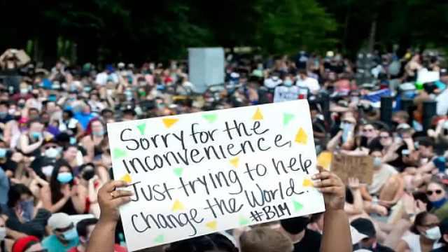 种族歧视抗议持续延烧,美国迎来抗议人数最多一天:总体和平