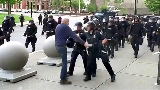 纽约推倒75岁老人两名警察被起诉:二级袭击重罪