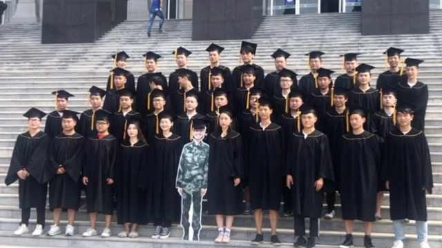女生当兵回不来,同学做人形立牌合拍毕业照:全班要整整齐齐