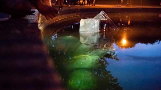 美国抗议者推翻哥伦布雕像沉入湖中,称哥伦布代表种族灭绝