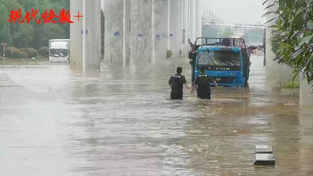 南京将军大道部分路段积水严重,泵站7台机组开足马力排水