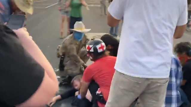连开四枪一人中弹!美国示威者拆雕像与武装团体冲突,现场画面