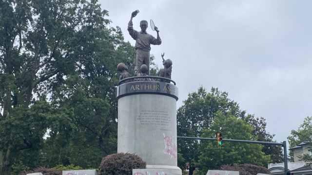 黑人雕像被喷白人命也是命,白人现场捍卫:为啥黑行白不行?