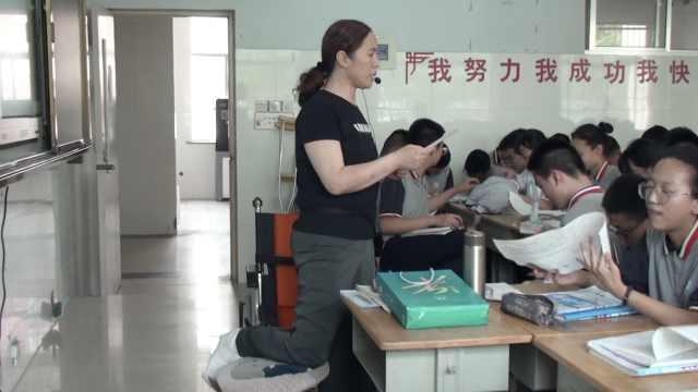 女教师腿骨折跪椅子上讲课:马上就到中考,不能耽误学生