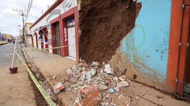 墨西哥7.5级地震已致5死,新冠医院损毁,有居民