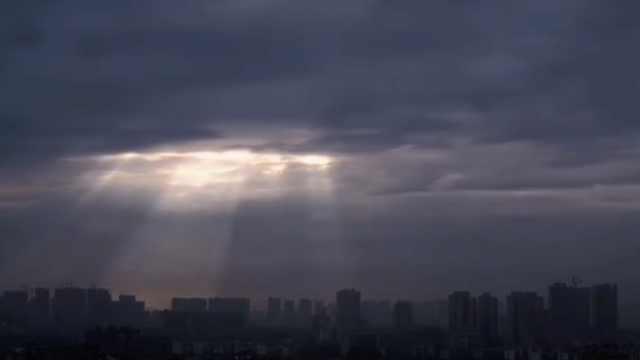 """湖南岳阳天空出现""""云隙光"""",流光瀑布从天而降"""