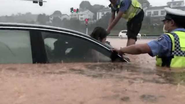 宜昌暴雨车辆被困,交警涉水砸窗救人