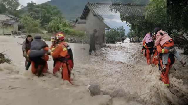 四川冕宁特大暴雨已致3死12失联,消防手拉手救出被困者
