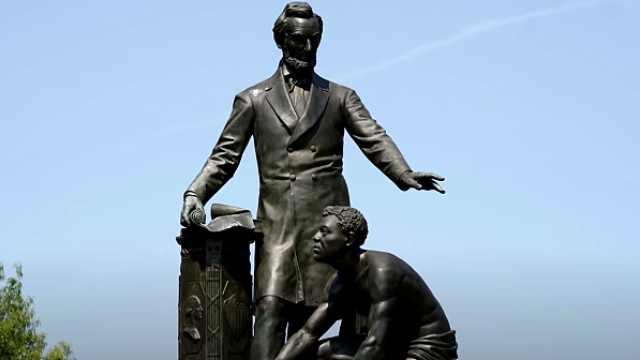 华盛顿数百抗议者要求拆除林肯像:没体现非裔美国人的贡献