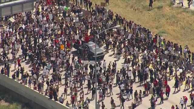 美国数千抗议者堵住高速路,抗议黑人青年去年被警察跪杀