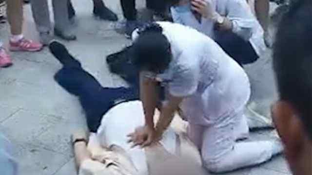 老人倒地昏迷,两医务人员接力跪地急救