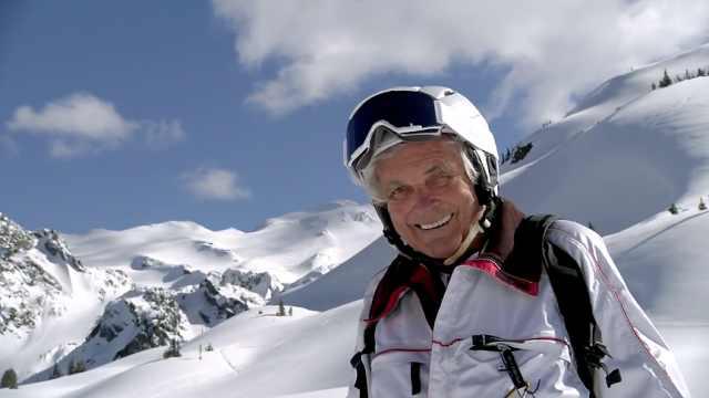 致敬!95岁爷爷完成直升机滑雪,创造吉尼斯世界纪录