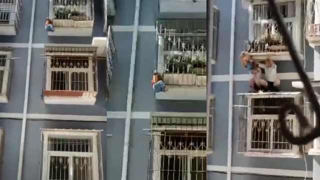 护林员徒手爬墙托举2岁幼童,救人后坐10米高道檐不敢动