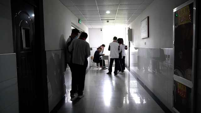 高三班主任午休时走廊摆课桌为学生辅导:为孩子争取时间
