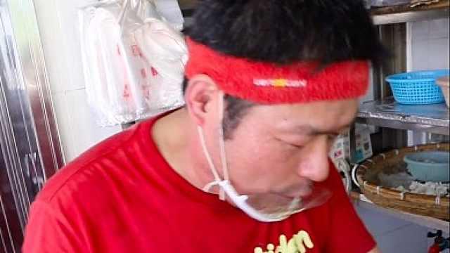 上海爷叔有腔调!卖馄饨30年只用砂锅煮,随便加料不要钱