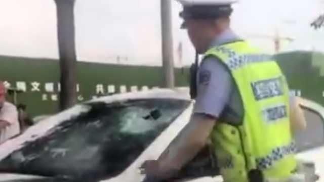 男子无证开跑车强冲卡点,交警破窗将其带走