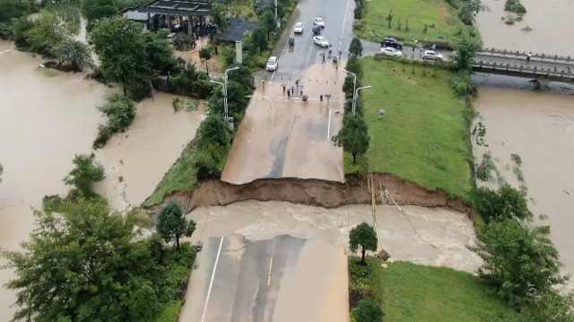 黄山风景区旅游快速通道被山洪冲断,断口宽8米