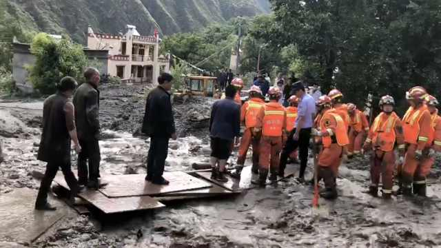 四川小金县泥石流灾害已致3死1失联,消防徒手挖出遇难者