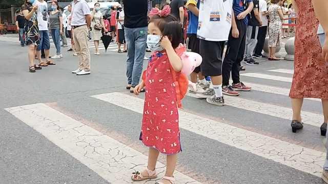 3岁女孩穿旗袍为姐姐送考:为了姐姐开心,祝她旗开得胜