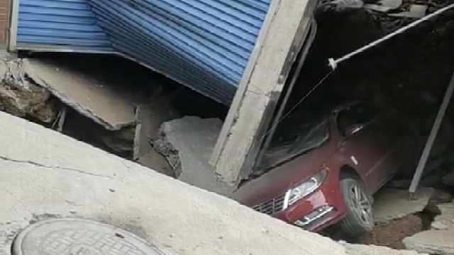 湖南娄底一小区地面塌陷车库被压变形,住建局
