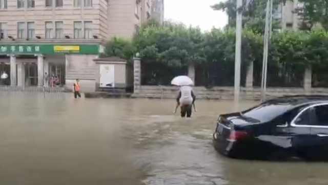 暴雨袭击湘西北,吉首有人敲锣巡街:一楼的赶