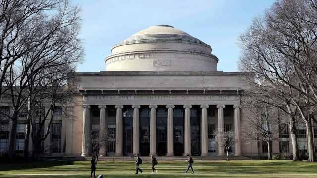 哈佛麻省就留学新规起诉美政府,白宫回应:学