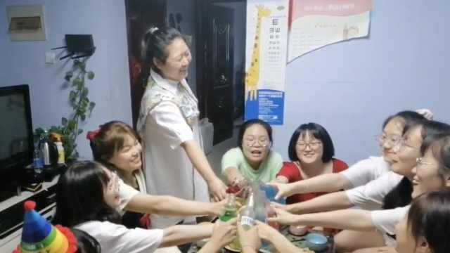 宿管大姐给10名寄宿高考生做家宴送别:每人一道菜,十全十美