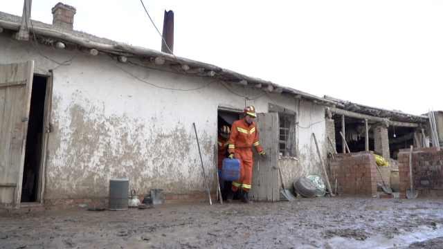 暴雨引发泥石流居民房屋被淹,消防赶到抢救物