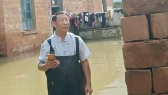 受灾村民抢救家中物品:积水没过膝盖,食物全