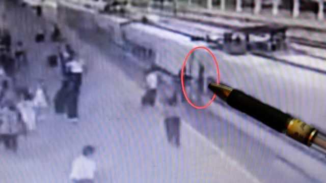 女子关门瞬间匆忙下车被夹住,致列车二次关门被罚50元