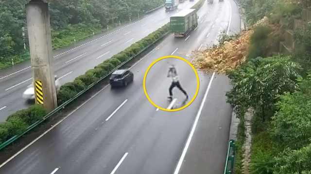 山体滑坡交警用生命指挥车辆避险:要对得起身