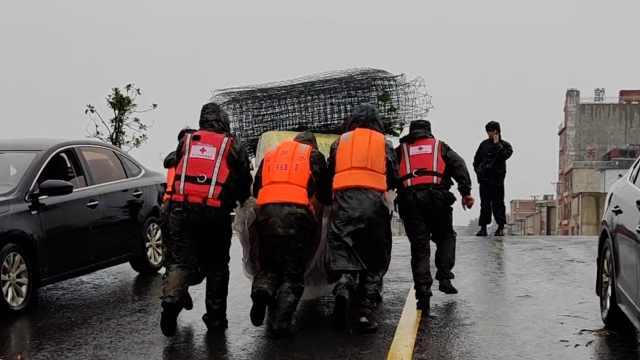 王家坝进入闭闸窗口期:救援队冒雨转物资,奶奶含泪送走孙子