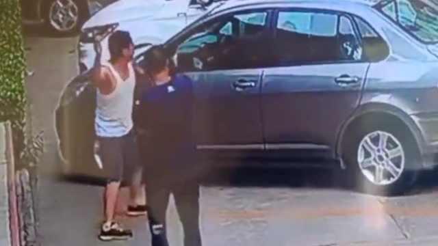 山西一校长扔石块砸教师汽车:因评职称遭对方