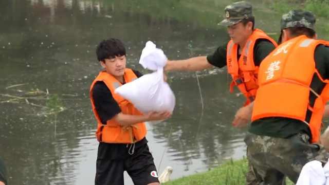 大二男生用零花钱给抗洪战士买水,主动扛沙袋抗洪坦言想当兵