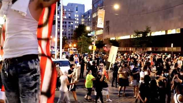 声援波特兰!纽约示威者与警方爆发激烈冲突:扔杂物、砸警车