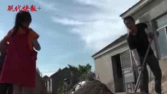 老人与孙女蜗居的旧房漏雨,志愿者变身泥瓦匠