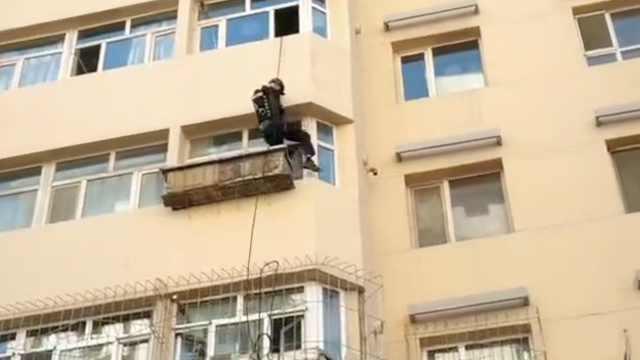 新疆一家人下楼核酸检测忘带钥匙,民警5楼吊绳索翻窗入户