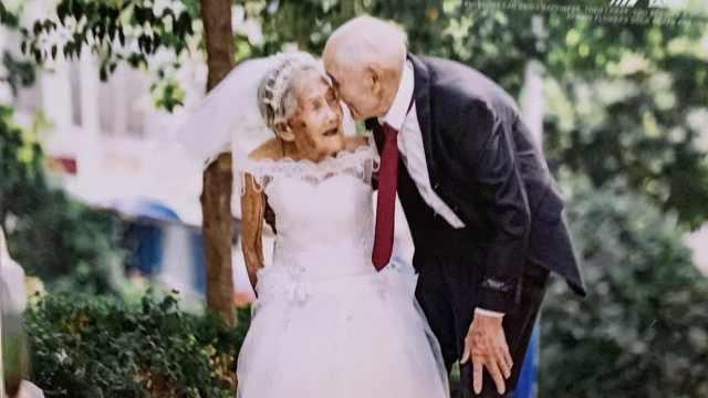 百岁**98岁爷爷拍视频走红,孙女:网络给他们带来无穷快乐