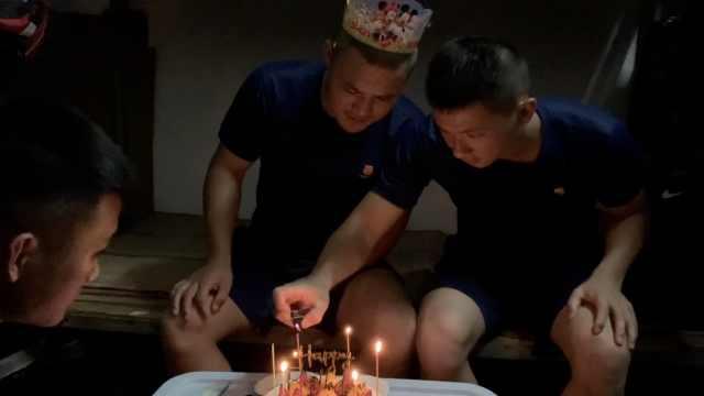 消防员白天奋战在抗洪一线,晚上队友暖心送生日惊喜